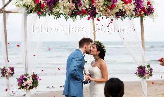 Ceremonia de matrimonio en lla playa con beso